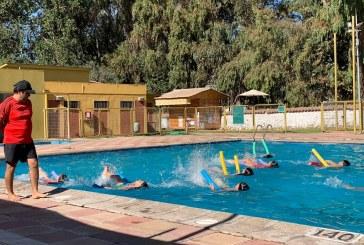 Todo un éxito clases de natación en la piscina municipal