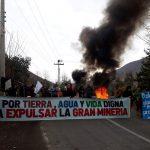 Vecinos se tomaron el camino en Casa Blanca en protesta por visita de subsecretario de minería al proyecto Vizcachitas junto a ejecutivos de Andes Copper