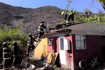 Por intentar quemar panal de avispas se originó incendio en el entretecho de  vivienda